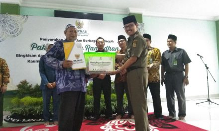 Baznas Bagikan Paket Senyum Ramadhan ke Penjaga Masjid dan Kaum Rois