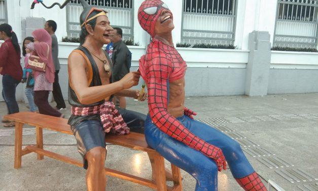 Spiderman Numpang 'Kerokan' di Titik Nol KM