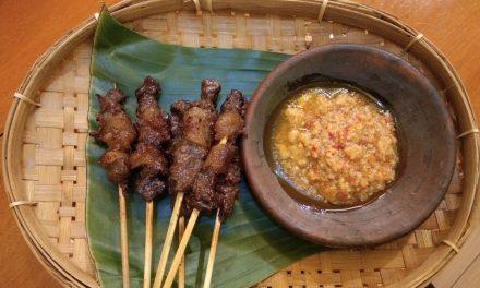 Perpaduan Nikmat manisnya Sate Maranggi dicocol pedasnya sambal oncom